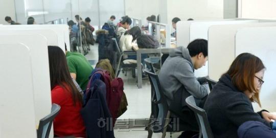 韓 20대 후반, 세계서 가장 취업 어려웠다..무기한 취준생 신세.jpg