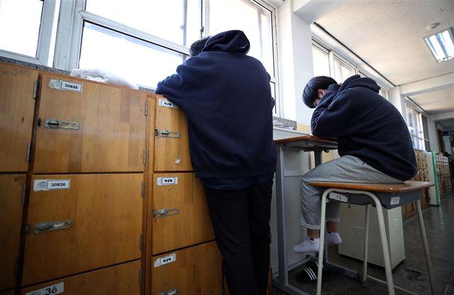 교실은 수시세상, 복도로 나온 수능.jpg