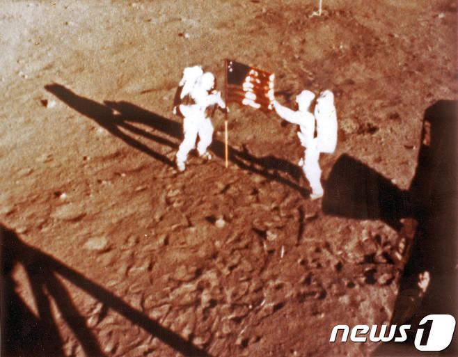 지구상 가장 오래된 돌이 달에서 발견됐다..이유는.jpg