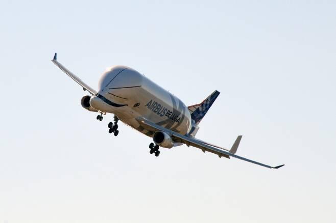 '하늘 위의 고래' 에어버스 벨루가XL, 첫 운항1.jpg