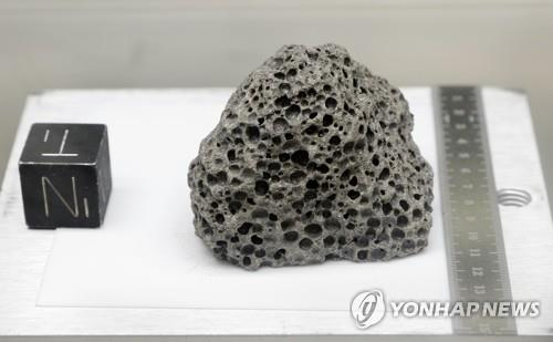 태양계 로제타석 월석·토양 샘플 봉인 50년 만에 해제4.jpg