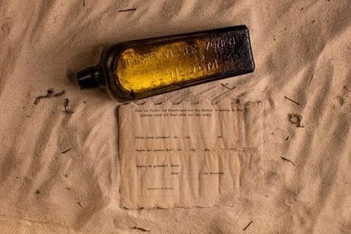 호주 해변서 132년 전 배 밖으로 던진 병 발견..세계 최고.jpg